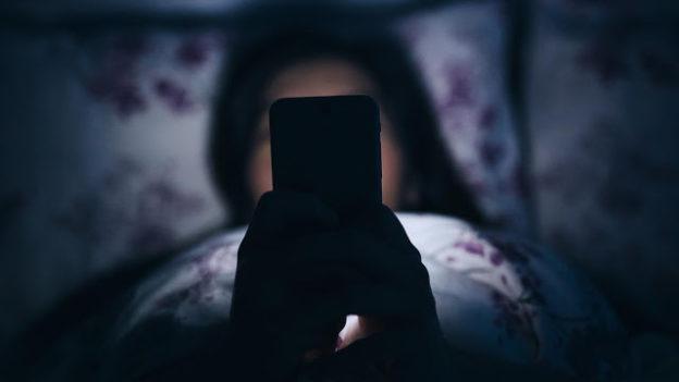 2 Kebiasaan Buruk Pada Malam Hari Yang Bisa Membuat Kulit Wajah Kamu Rusak